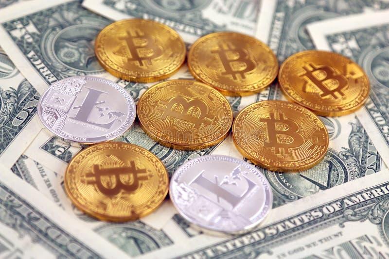 Versão física do dinheiro de Bitcoin e de Litecoin e de cédulas virtuais novos de um dólar imagem de stock royalty free