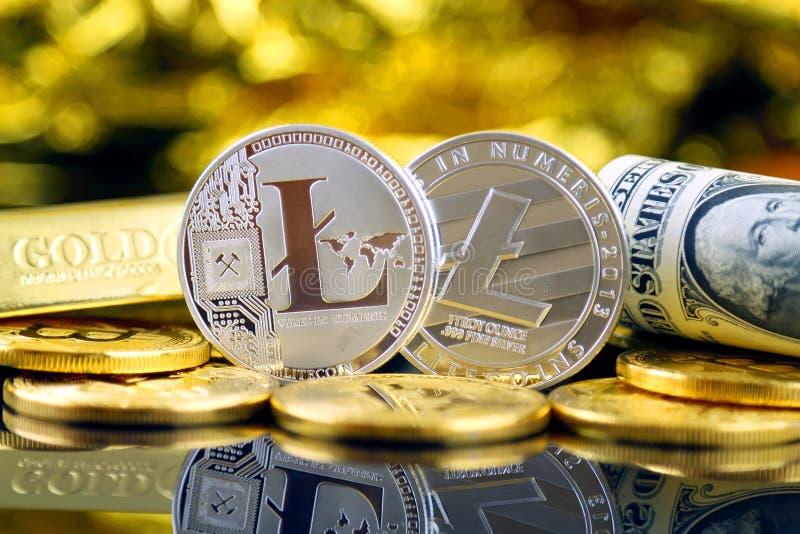 Versão física do dinheiro de Litecoin e de cédulas virtuais novos de um dólar imagens de stock royalty free