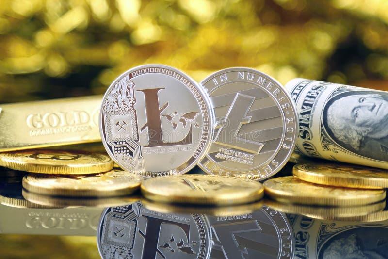 Versão física do dinheiro de Litecoin e de cédulas virtuais novos de um dólar fotos de stock royalty free