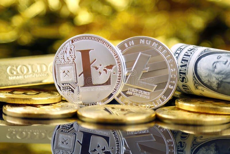 Versão física do dinheiro de Litecoin e de cédulas virtuais novos de um dólar foto de stock