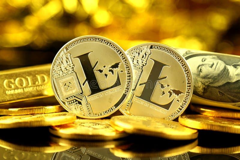 Versão física do dinheiro de Litecoin e de cédulas virtuais novos de um dólar imagem de stock