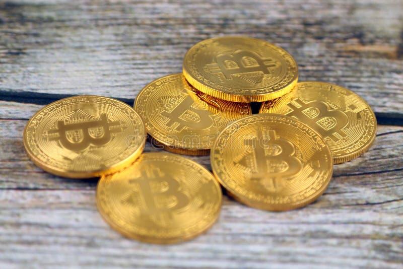Versão física do dinheiro virtual novo de Bitcoin fotografia de stock