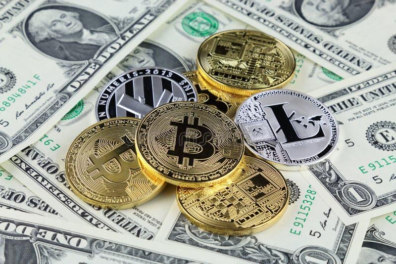 Versão física do dinheiro virtual novo de Bitcoin e de Litecoin em cédulas de um dólar fotos de stock royalty free