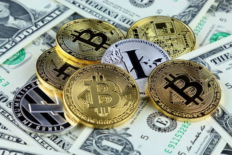 Versão física do dinheiro virtual novo de Bitcoin e de Litecoin em cédulas de um dólar foto de stock