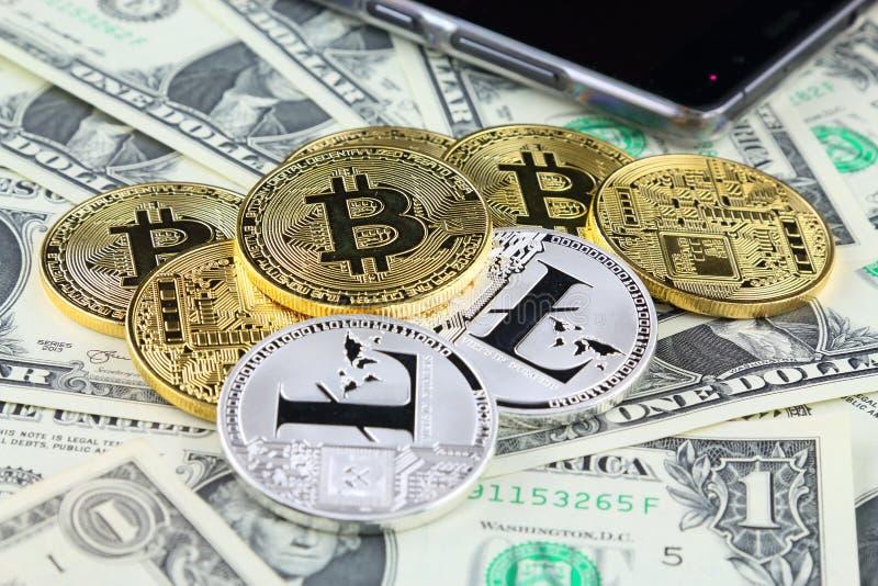 Versão física do dinheiro virtual novo de Bitcoin e de Litecoin em cédulas de um dólar fotos de stock