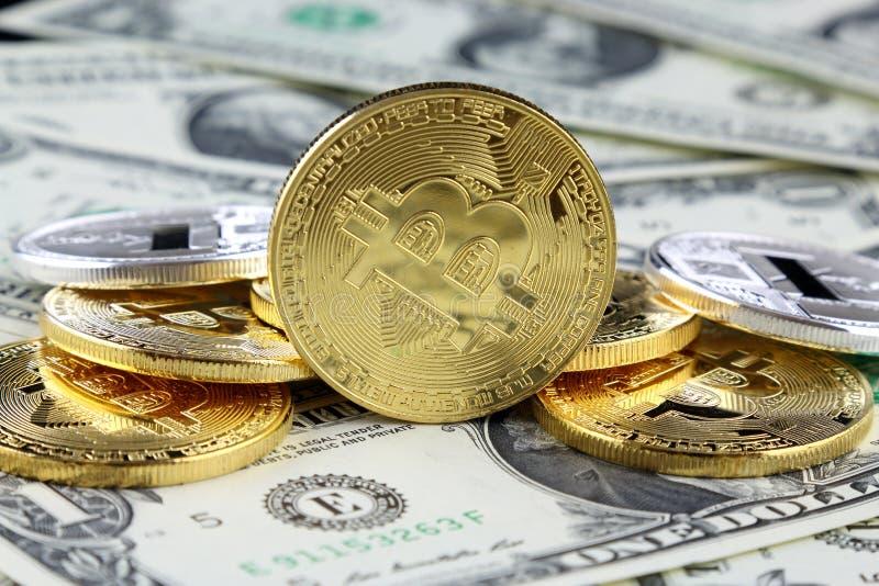 Versão física do dinheiro virtual novo de Bitcoin em cédulas de um dólar imagens de stock