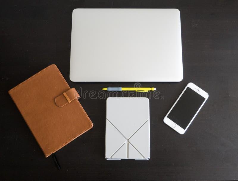 Versão preto e branco da disposição do espaço de trabalho do desktop do estudante e do trabalhador que inclui um portátil, um sma foto de stock