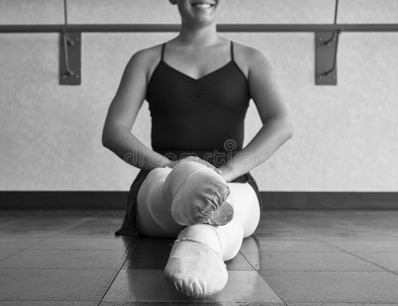 Versão preto e branco posição do dançarino de bailado da 5a fotografia de stock