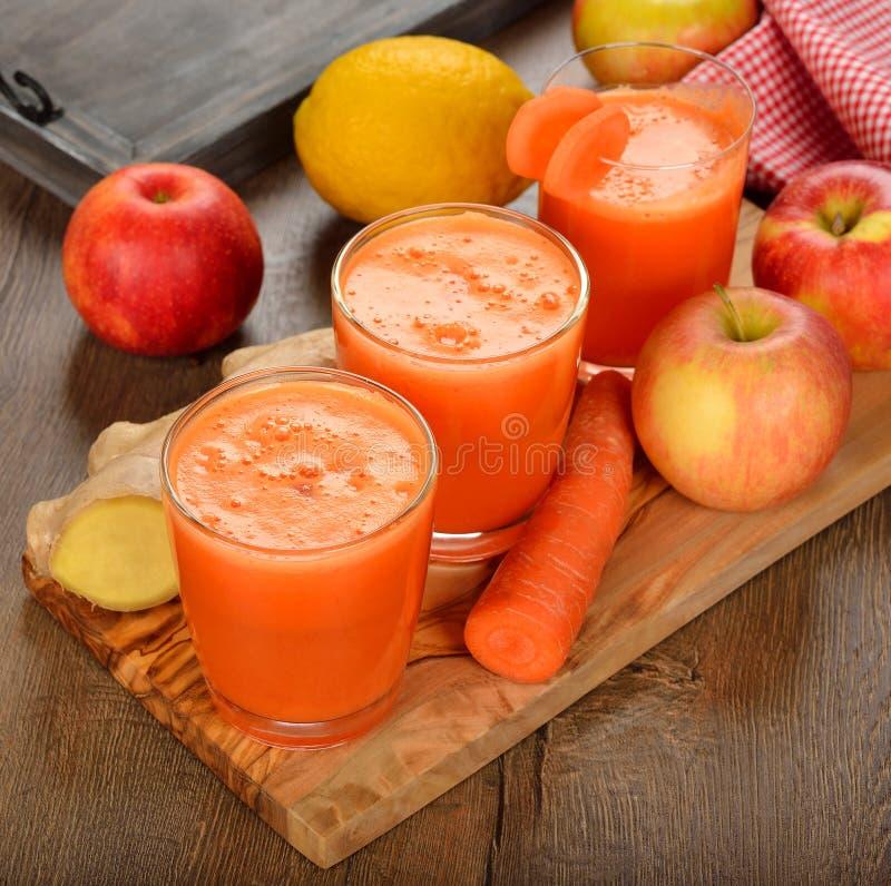 Vers appel en wortelsap stock foto