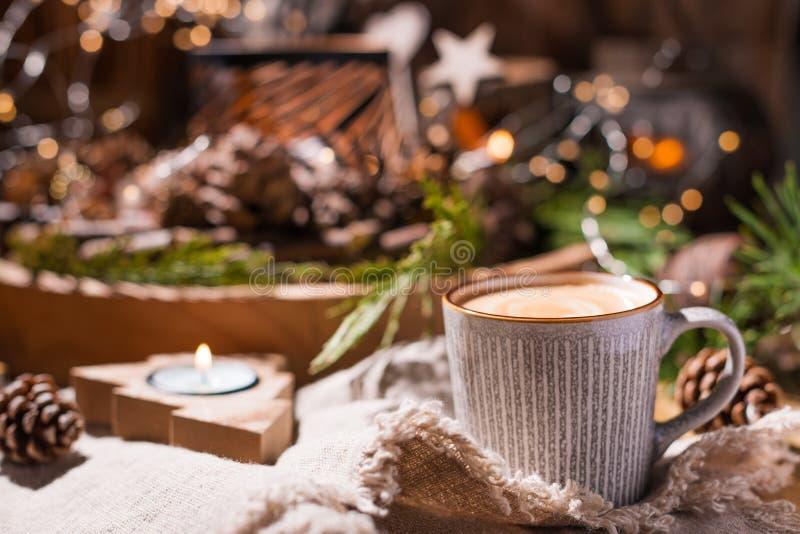 Vers aromatisch koffie en Kerstmisdecor Comfortabele feestelijke atmosfeer met kaarsen en dranken Vrije ruimte voor tekst stock afbeelding