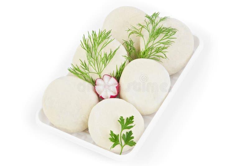 Vers bevroren halffabrikaten Donuts met Jam Het product wordt ingepakt op plastiek potdtons Isoleer op witte achtergrond stock foto