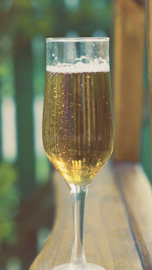 Vers bier in een glas in openlucht stock afbeeldingen