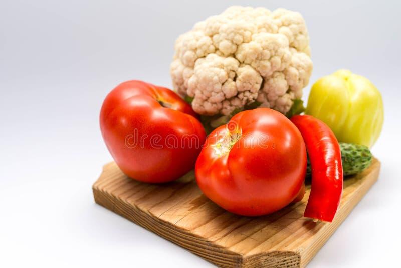 Vers, bio, de groenten van de tuingroei op pijnboom scherpe raad stock afbeelding