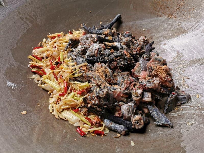 Vers blackchicken met Thaise kruiden op een pan voorbereidingen treffen te koken royalty-vrije stock afbeeldingen