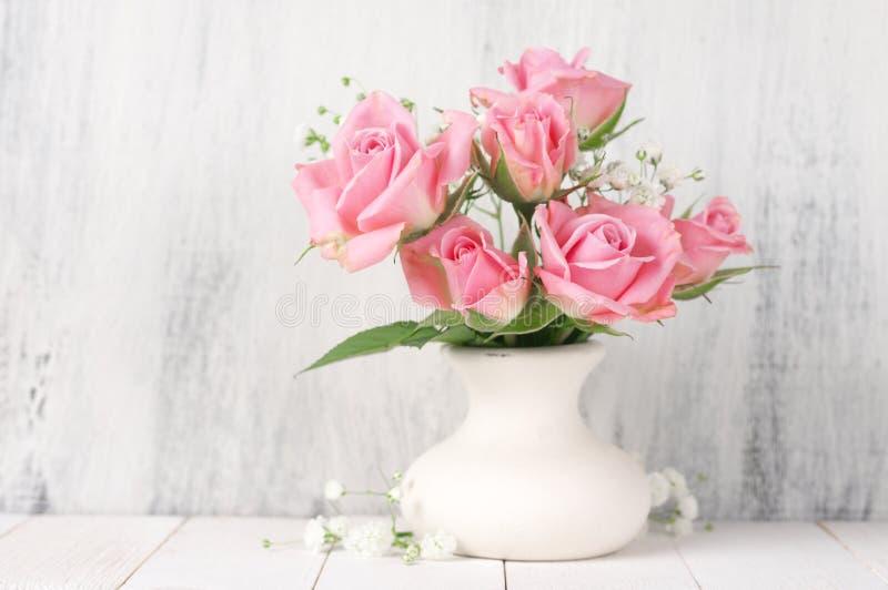Vers bloemenboeket van roze rozen royalty-vrije stock afbeelding