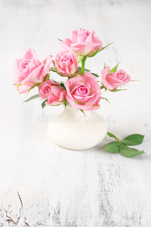 Vers bloemenboeket van roze rozen stock foto's