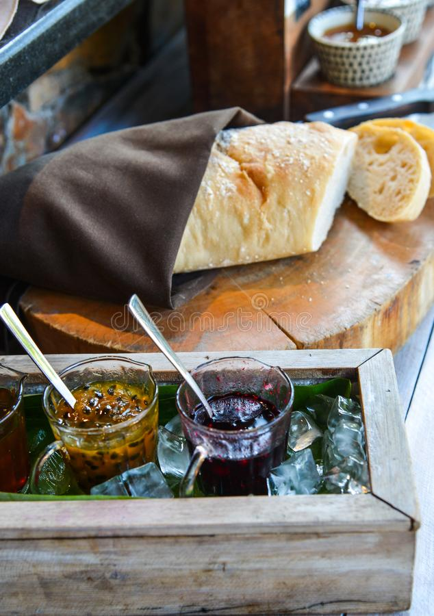 Vers brood met eigengemaakte jam stock foto