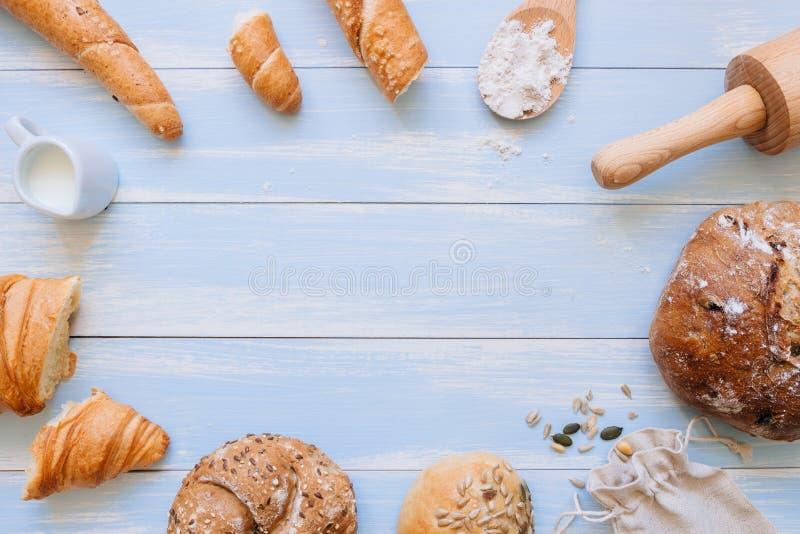 Vers brood op de blauwe houten hoogste mening als achtergrond Met exemplaarruimte royalty-vrije stock afbeelding