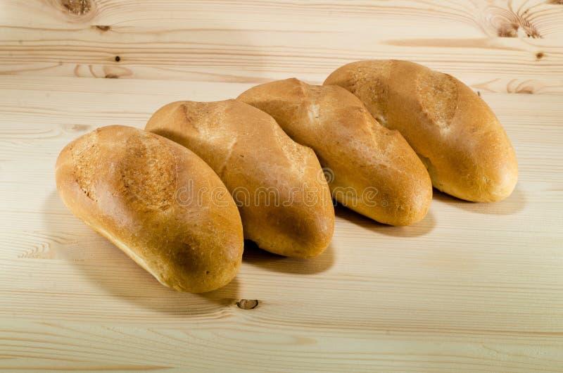 Vers brood op de houten lijstachtergrond Het concept van de bakkerij bos van broden die in lijn leggen stock fotografie