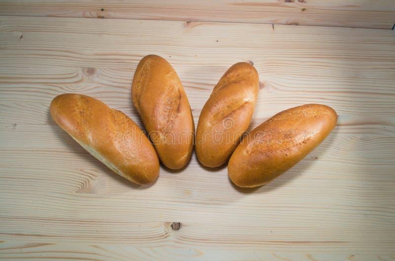 Vers brood op de houten lijstachtergrond Het concept van de bakkerij bos van broden die in lijn leggen royalty-vrije stock foto's
