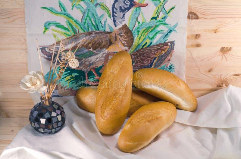 Vers brood op het tafelkleed op houten achtergrond royalty-vrije stock afbeelding