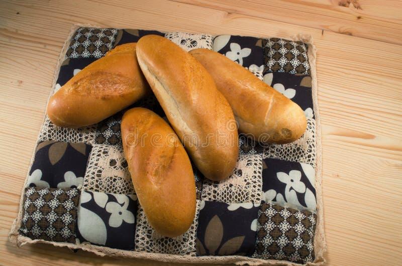 Vers brood op het tafelkleed op houten achtergrond Het concept van de bakkerij bos van broden stock afbeeldingen