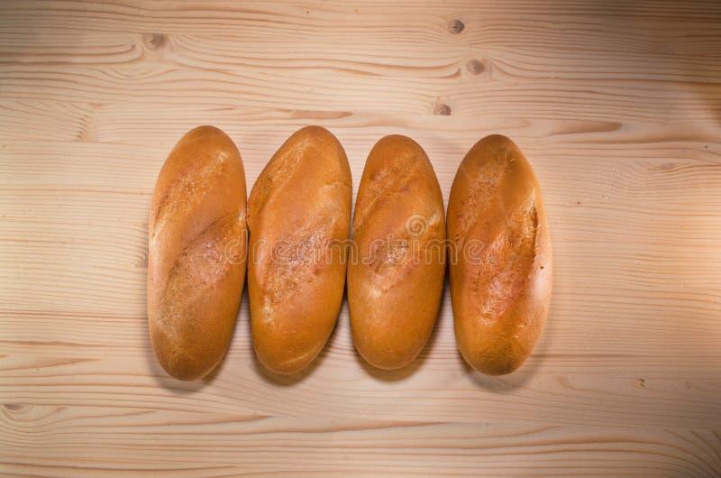 Vers brood op het tafelkleed op houten achtergrond Het concept van de bakkerij bos van broden royalty-vrije stock afbeeldingen