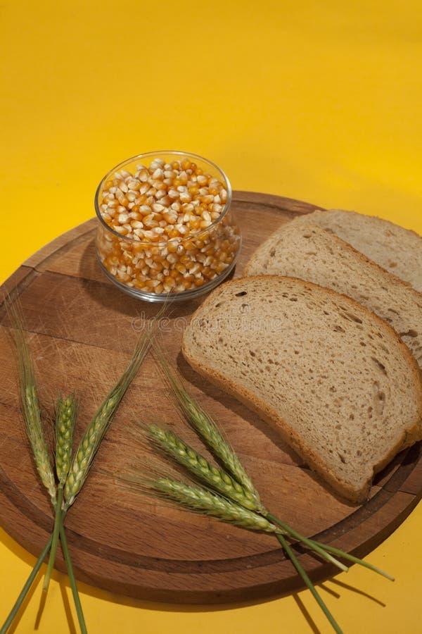 Vers brood op houten oppervlakte royalty-vrije stock foto