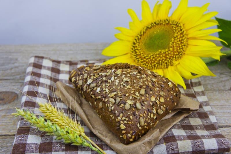 Vers Brood Stukken van brood met zonnebloemzaden Brood van Geheel royalty-vrije stock afbeeldingen