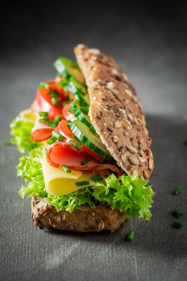 Vers broodje met ham, kaas en tomaat voor ontbijt stock foto's