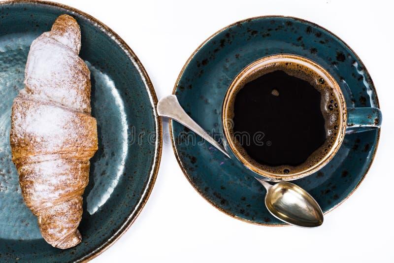 Vers croissant met een hete kop van koffie stock afbeelding