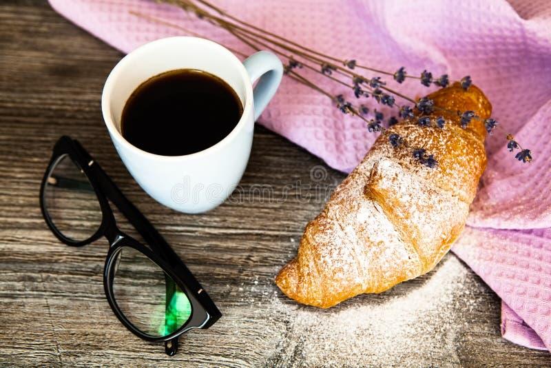 Vers croissant met kop van hete koffie stock foto