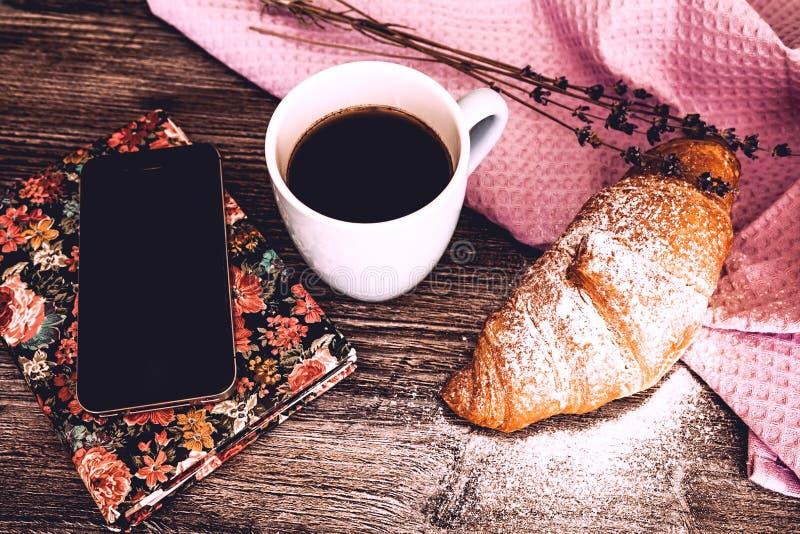 Vers croissant met kop van hete koffie stock fotografie