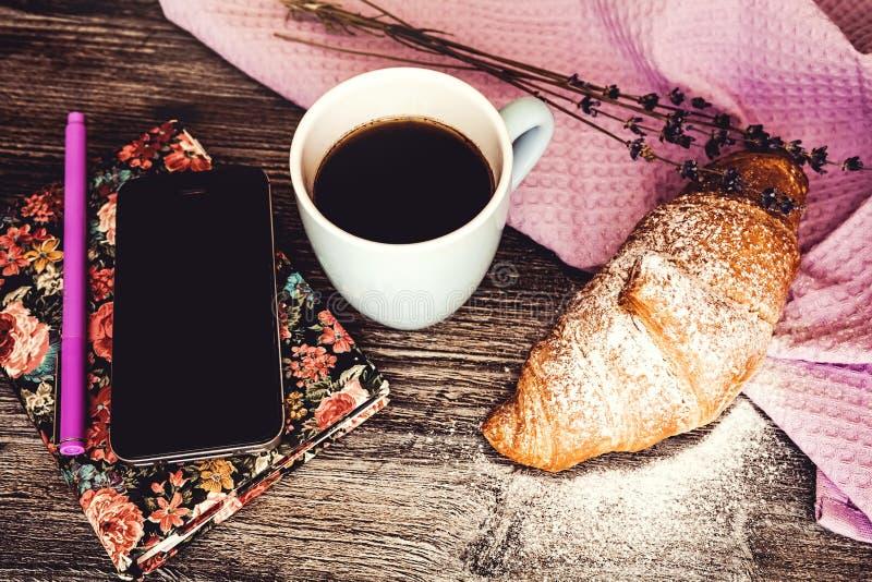 Vers croissant met kop van hete koffie royalty-vrije stock foto