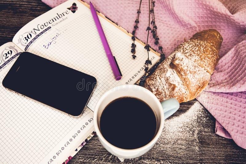 Vers croissant met kop van hete koffie stock afbeelding