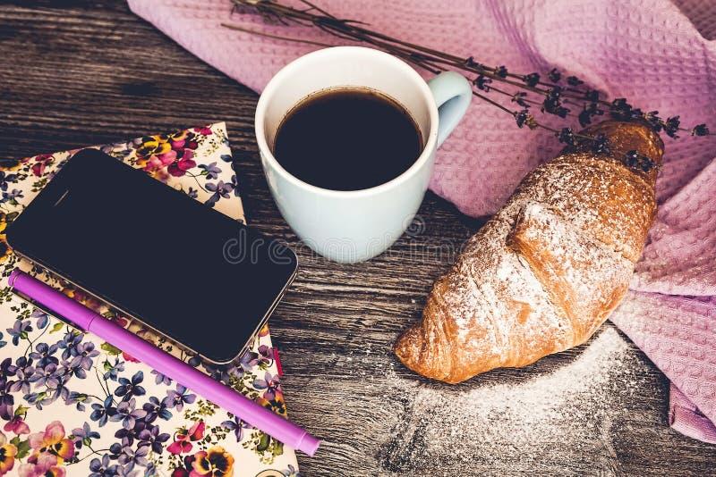 Vers croissant met kop van hete koffie stock foto's