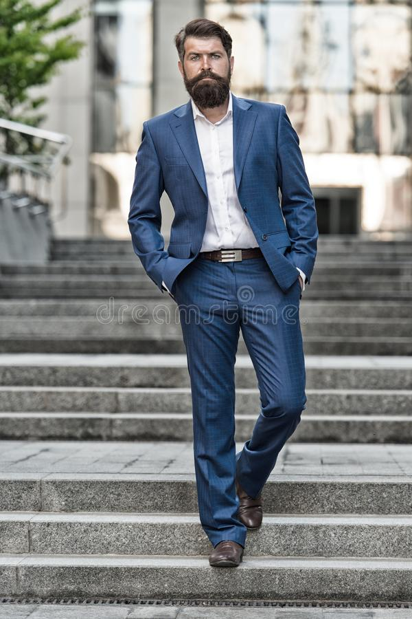 Vers des accomplissements d'affaires Conquérez le monde d'affaires Homme barbu allant travailler Homme d'affaires dans la ville m photo stock