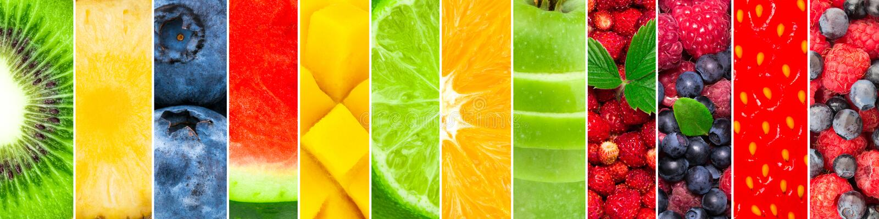 Vers die fruit en bessen van watermeloen, ananas, kiwi, bosbes, mango, kalk, sinaasappel, appel, aardbei wordt gemengd royalty-vrije stock foto's