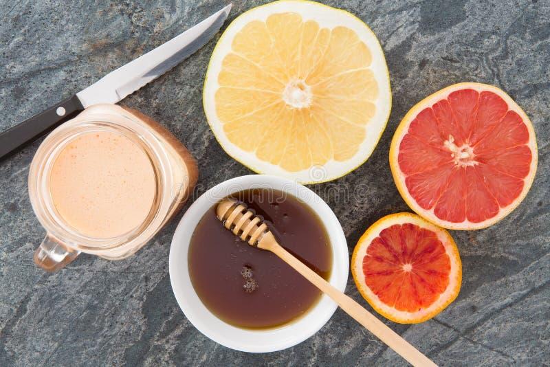 Vers die grapefruit en sap met honing wordt gediend royalty-vrije stock afbeelding