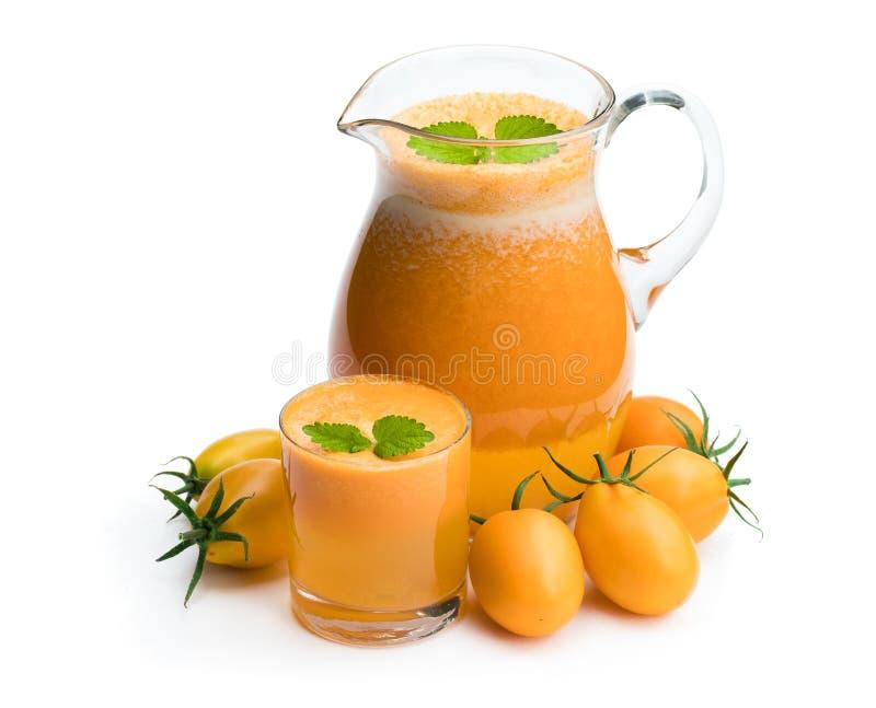 Vers die tomatesap van de gouden-gele tomaten in kruik i wordt gemaakt stock foto's