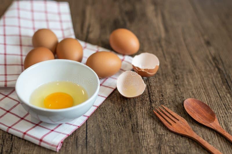 Vers ei in kom klaar te koken stock fotografie