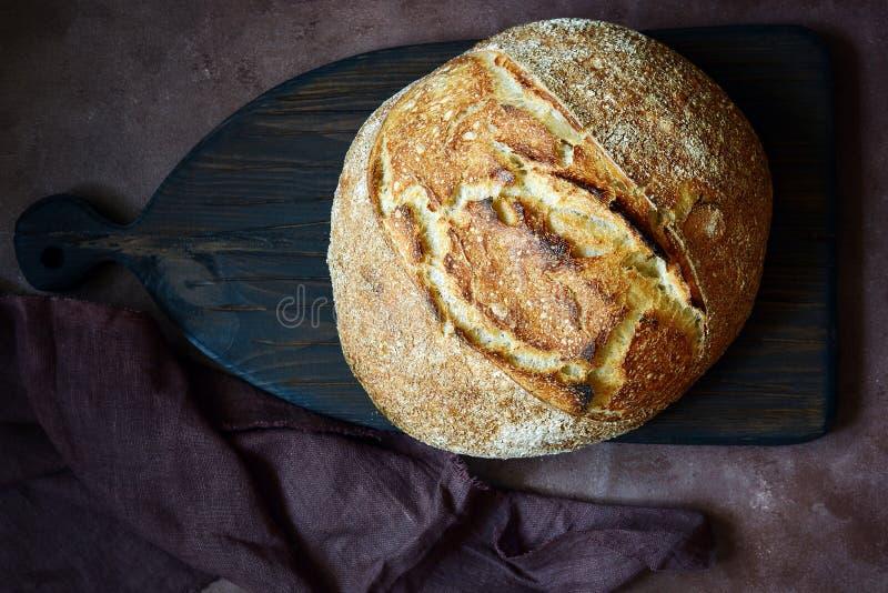 Vers eigengemaakt brood op een bruine achtergrond kernachtig Het Frans kweekte Brood bij zuurdeeg Brood van rogge en geheel tarwe stock fotografie