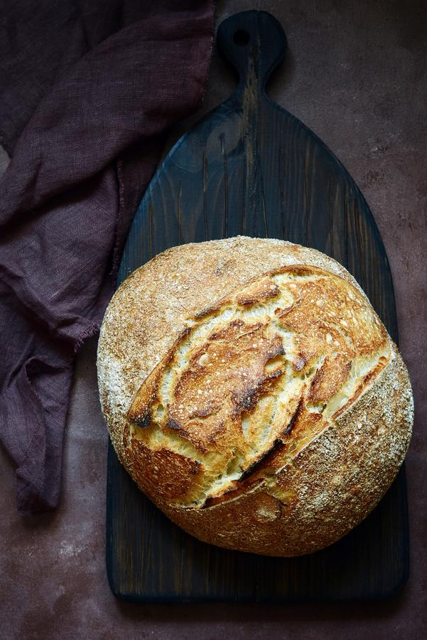 Vers eigengemaakt brood op een bruine achtergrond kernachtig Het Frans kweekte Brood bij zuurdeeg Brood van rogge en geheel tarwe stock foto