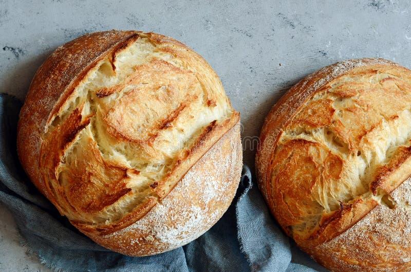 Vers eigengemaakt brood op een grijze achtergrond kernachtig Het Frans kweekte Brood bij zuurdeeg Ongedesemd brood stock foto