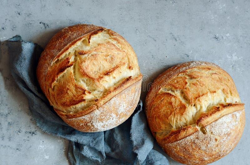 Vers eigengemaakt brood op een grijze achtergrond kernachtig Het Frans kweekte Brood bij zuurdeeg Ongedesemd brood stock fotografie