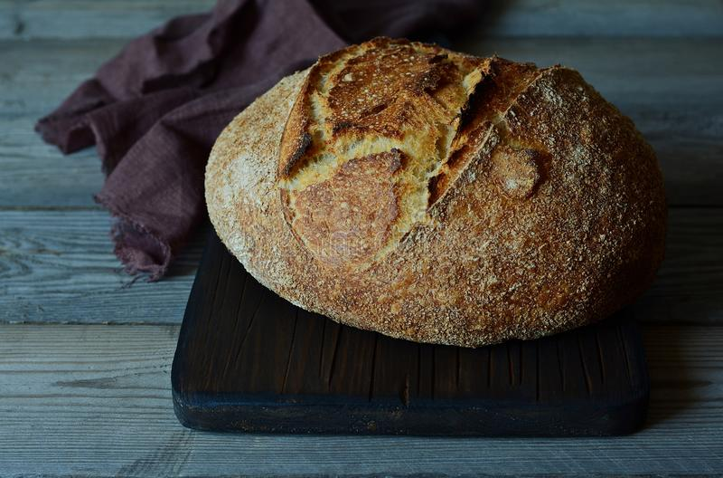 Vers eigengemaakt brood op een grijze achtergrond kernachtig Het Frans kweekte Brood bij zuurdeeg Ongedesemd brood royalty-vrije stock afbeeldingen