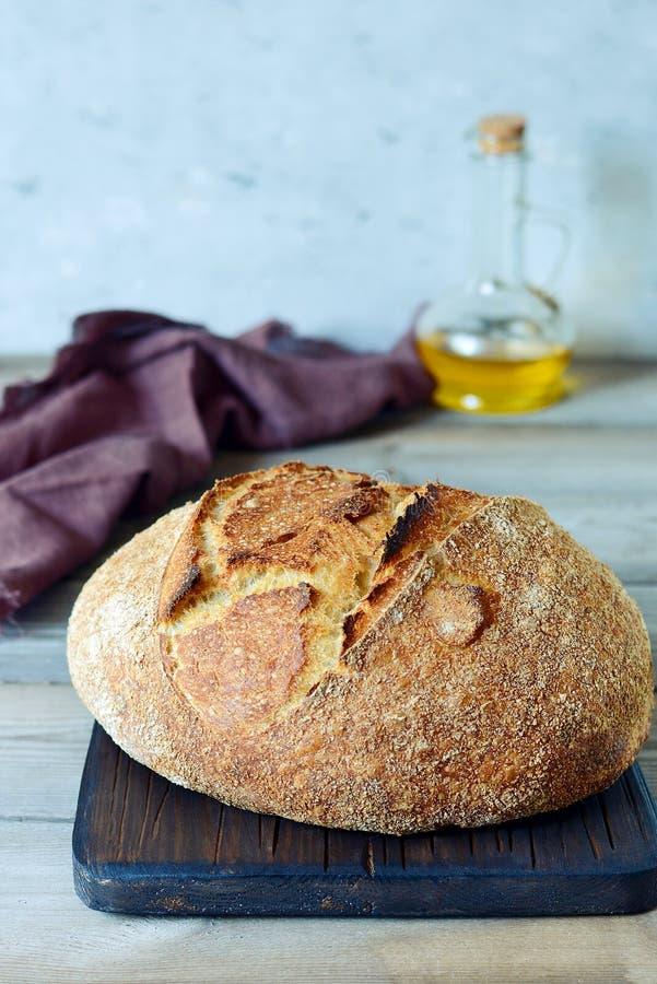 Vers eigengemaakt brood op een grijze achtergrond kernachtig Het Frans kweekte Brood bij zuurdeeg Ongedesemd brood De tijd van de royalty-vrije stock fotografie