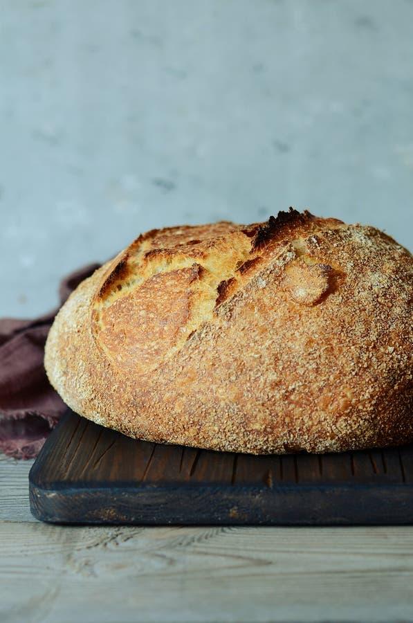 Vers eigengemaakt brood op een grijze achtergrond kernachtig Het Frans kweekte Brood bij zuurdeeg Ongedesemd brood De tijd van de royalty-vrije stock afbeelding