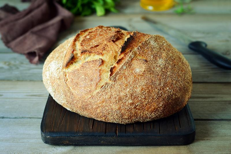 Vers eigengemaakt brood op een grijze achtergrond kernachtig Het Frans kweekte Brood bij zuurdeeg Ongedesemd brood De tijd van de royalty-vrije stock foto