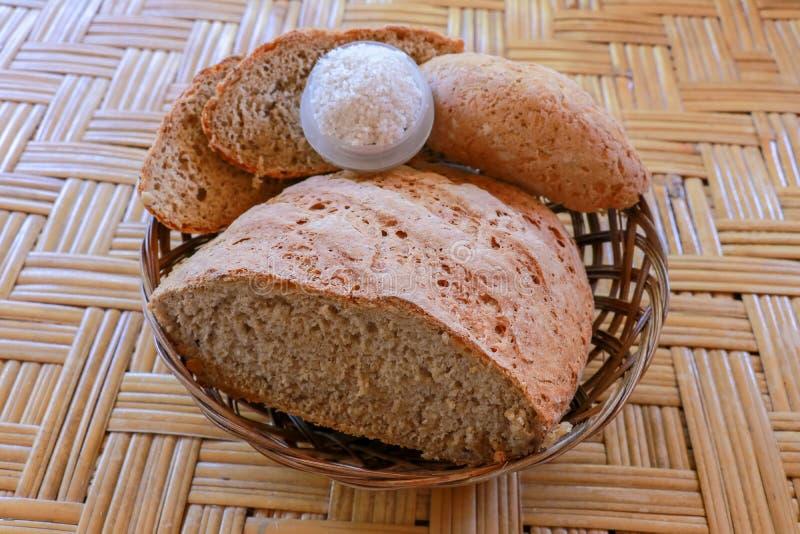 Vers eigengemaakt die brood van tarwe en roggebloem wordt gemaakt Gesneden brood in een rieten mand Vers eigengemaakt brood dat v royalty-vrije stock afbeeldingen